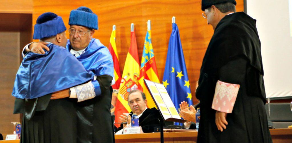870beb63e Símbolos y tradiciones del protocolo universitario  el traje académico