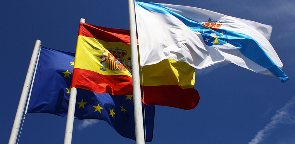 La colocación de las banderas institucionales